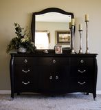 chambre à coucher romantique avec le miroir sur la raboteuse Photos stock