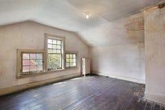 Chambre à coucher rose dans la vieille maison abandonnée images stock