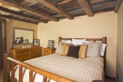 Chambre à coucher rustique luxueuse de cabine de logarithme naturel photos stock