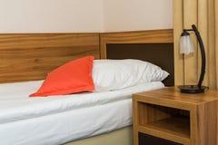 Chambre à coucher simple dans l'hôtel bon marché Image libre de droits