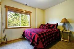 Chambre à coucher simple dans la maison de style de carlingue photographie stock