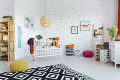 Chambre à coucher spacieuse de scandi avec le berceau photographie stock libre de droits