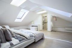 Chambre à coucher spacieuse et à la mode Photographie stock