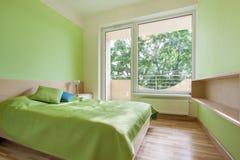 Chambre à coucher verte en appartement images libres de droits
