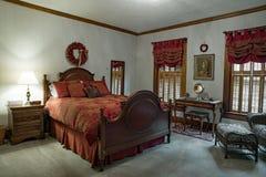 Chambre à coucher victorienne avec la couette rouge de damassé Image libre de droits