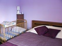 Chambre à coucher violette Photo stock