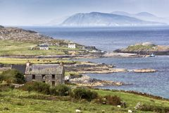 Chambre abandonnée avec le paysage marin de péninsule de Beara Photographie stock