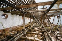 Chambre abandonnée dans le village biélorusse Chornobyl Photos stock