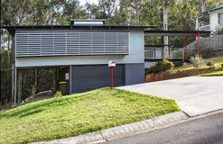 Chambre australienne très moderne avec les abat-jour en bois d'extérieur du côté d'une colline photos stock