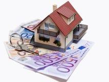 Chambre avec d'euro billets de banque et clé de maison Photos stock