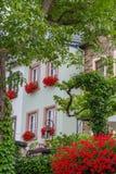 Chambre avec des fleur-pots de fenêtre dans le village de Beilstein sur la Moselle, Allemagne Photographie stock