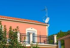 Chambre avec l'antenne de TV sur un toit image stock