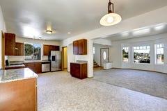 Chambre avec l'espace ouvert Pièce vide de vie et de cuisine Photo stock