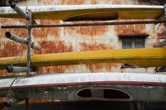 Chambre avec la corrosion et les vieux canoës Images libres de droits