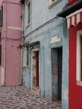 Chambre avec la peinture d'épluchage dans Burano photo libre de droits
