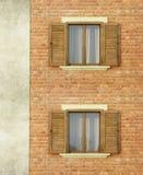 Chambre avec le mur de briques et les fenêtres Image stock