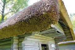 Chambre avec le toit couvert de chaume Photos stock