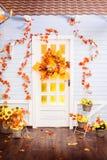Chambre avec le toit de carrelage, murs en bois bleus, enlacés avec l'automne Photographie stock