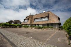 Chambre avec un toit couvert de chaume images libres de droits