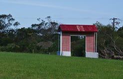Chambre construite avec le toit rouge sur l'herbe verte photos libres de droits