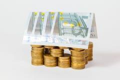 Chambre construite des pièces de monnaie et des billets de banque Photos libres de droits