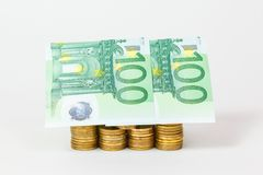 Chambre construite des pièces de monnaie et des billets de banque Photo stock