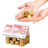 Chambre construite des pièces de monnaie et des billets de banque d'isolement Photo stock