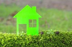 Chambre contre le champ vert photos stock