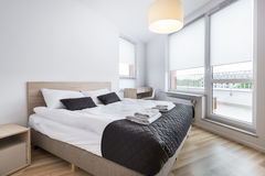 Chambre à coucher avec le mur vide dans le style scandinave Photographie stock libre de droits