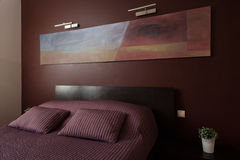 Chambre à coucher de luxe avec l'art moderne Photo libre de droits