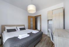 Chambre à coucher propre et moderne avec le mur vide Images libres de droits