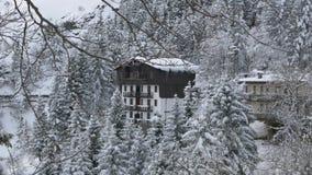 Chambre couverte par la neige en montagne scénique, Alpes, Italie banque de vidéos
