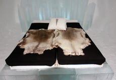 Chambre d'amis avec la fourrure de renne dans l'Icehotel Photo libre de droits