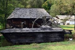 Chambre d'Eau-moulin sur la rivière dans un musée d'air ouvert photographie stock libre de droits