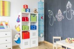 Chambre d'enfant avec la table de coffret Photographie stock libre de droits