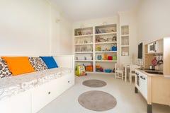 Chambre d'enfant dans le style simple photo stock