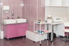 Chambre d'hôpital équipée moderne et confortable Pièce de traitement avec la médecine dans le réfrigérateur photos libres de droits