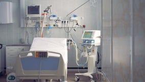 Chambre d'hôpital vide avec un lit et des moniteurs 4K banque de vidéos