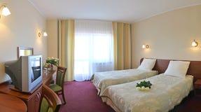 Chambre d'hôtel avec deux bâtis Image stock