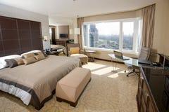 Chambre d'hôtel avec l'aire de travail de bureau Photo stock