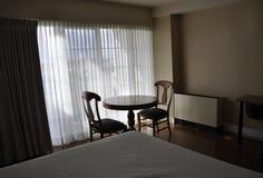 Chambre d'hôtel avec l'intérieur moderne Photo libre de droits
