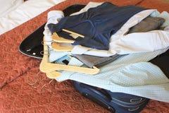Chambre d'hôtel avec la valise et les vêtements Images libres de droits