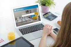Chambre d'hôtel de réservation de personne sur l'ordinateur portable image libre de droits