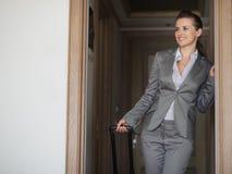 Chambre d'hôtel l'explorant de sourire de femme d'affaires Photos stock