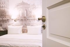 Chambre d'hôtel d'ouverture avec un grand lit et deux oreillers, foyer sélectif Photo libre de droits