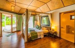 Chambre d'hôtel tropicale typique Photographie stock