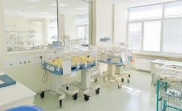 Chambre d'hôpital avec les babys nouveau-nés dormant dans des incubateurs Photo stock