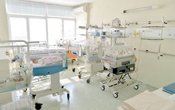 Chambre d'hôpital avec les babys nouveau-nés dormant dans des incubateurs Photos libres de droits