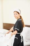 Chambre d'hôtel de nettoyage de domestique images libres de droits
