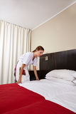 Chambre d'hôtel de nettoyage de domestique de ménage image stock